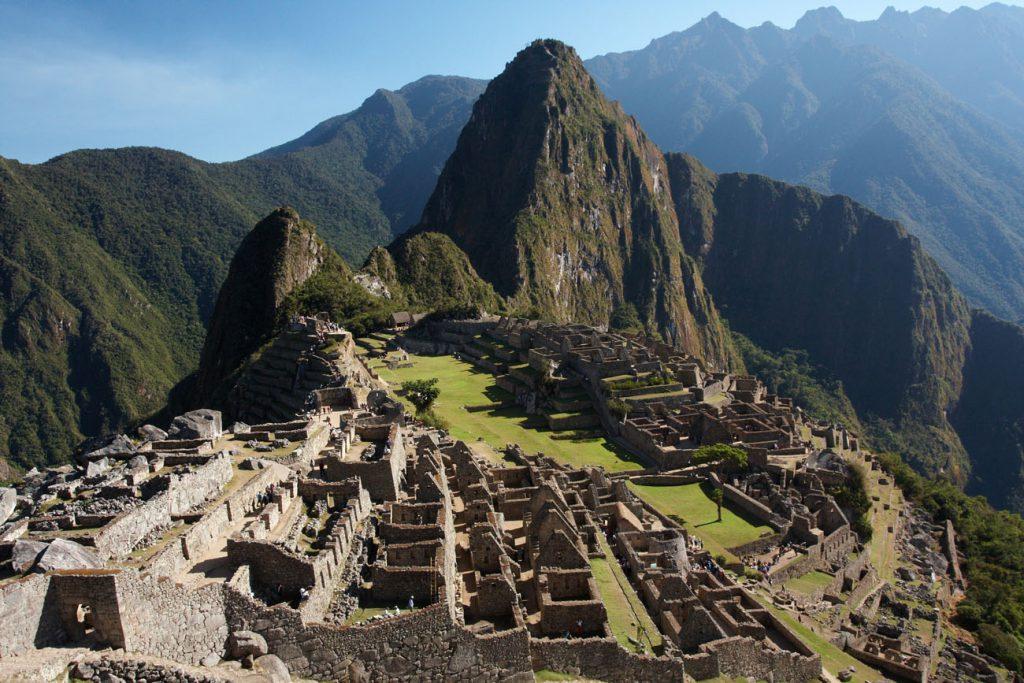 En medio de un sorprendente bosque de nubes, a más de dos mil cuatrocientos metros de altitud sobre el nivel del mar, se halla la ciudadela de Machu Picchu